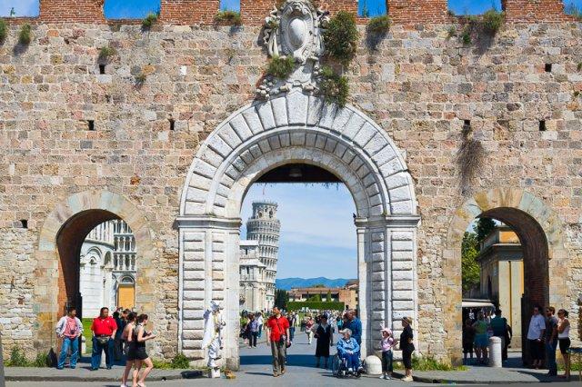 Piazza dei Miracoli vista dalla Porta Nuova
